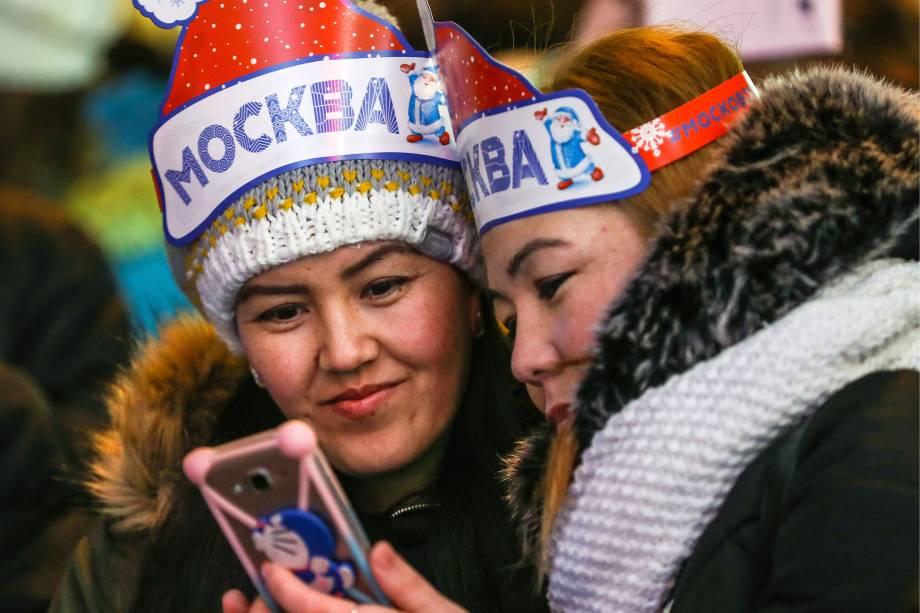 Garotas participam de festival de inverno próximo da sede do governo russo, em Moscou, durante a celebração do Ano Novo