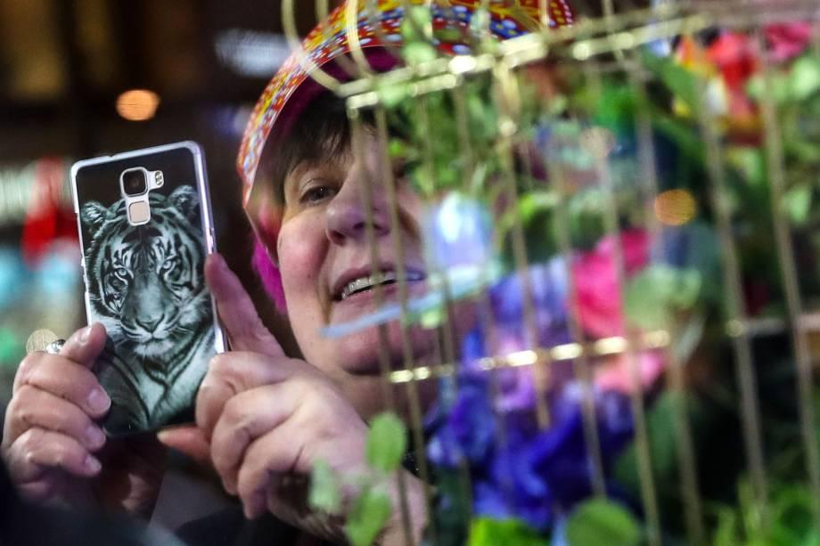 Mulher participa de festival de inverno próximo da sede do governo russo, em Moscou, durante a celebração do Ano Novo