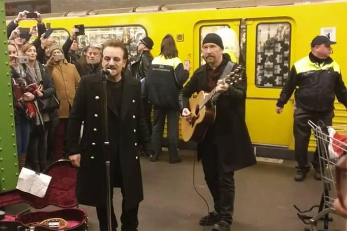 Bono e The Edge, da banda U2, fazem apresentação no metrô de Londres
