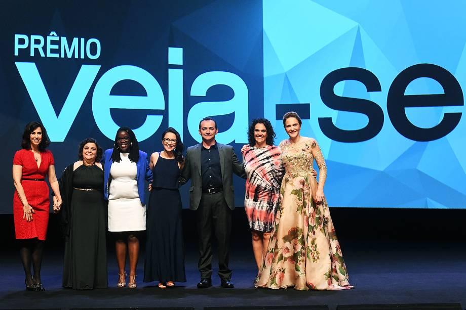A atriz Fernanda Torres e os seis vencedores do Prêmio Veja-se: a diretora de escola Flávia Rezek (Educação), a empreendedora Maitê Lourenço (Diversidade), a engenheira Joice Toyota (Políticas Públicas), o empresário Roberto Nogueira (Inovação), a professora de história Sylvia Guimarães (Cultura) e a oncologista Priscila Miranda (Saúde)