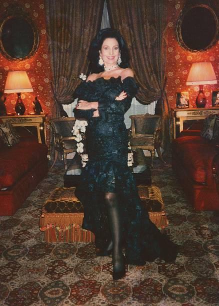 Carmen Mayrink Veiga usando vestido longo de Yves Saint-Laurent