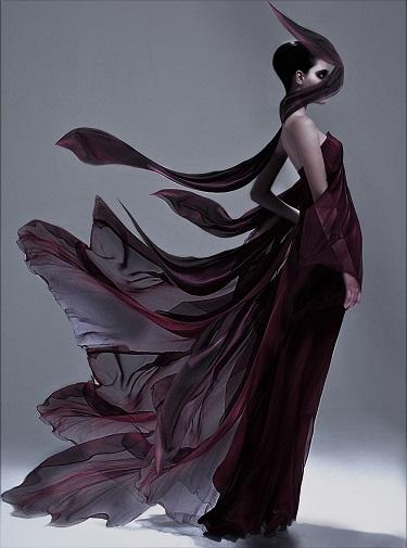 A modelo Carolinne Rosso, com vestido criado pelo estilista brasileiro Ocimar Versolato