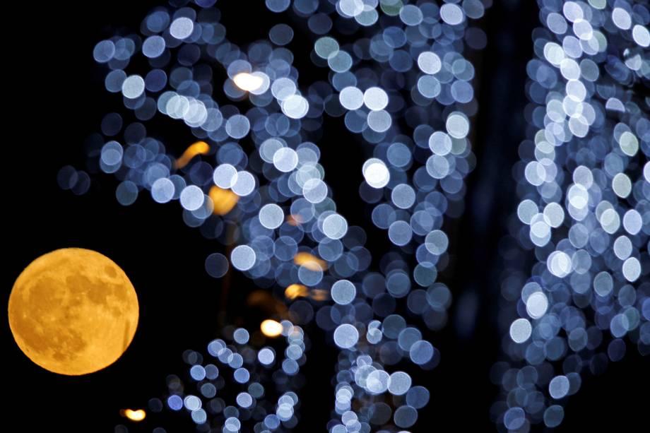 A Superlua é fotografada através das luzes de Natal na cidade de Marselha, na França - 03/12/2017