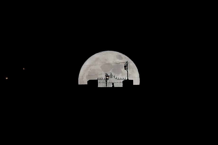 A silhueta de uma pessoa que passava pela Puente Nuevo é vista durante a Superlua, na cidade de Ronda, Espanha - 03/12/2017