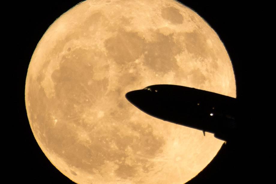 Um avião que partia do aeroporto Ronald Reagan National Airport, em Washington, DC, é visto passando em frente a Superlua - 03/12/2017