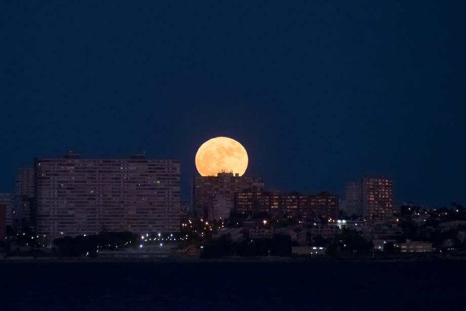 A lua mais brilhante do ano é vista nascendo atrás da praia de San Juan, em Alicante, na Espanha - 03/12/2017