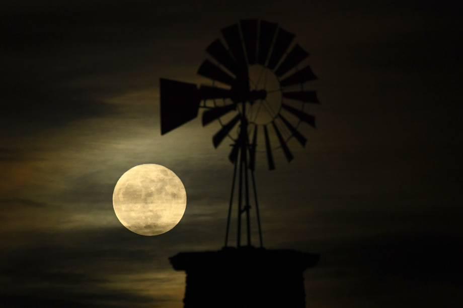 O moinho icônico do Highlands Ranch é iluminado pela primeira (e última) Superlua de 2017, no estado americano do Colorado - 03/12/2017