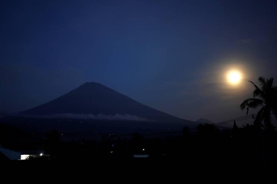 Superlua é vista ao lado do vulcão Monte Agung, em Bali, na Indonésia - 04/12/2017
