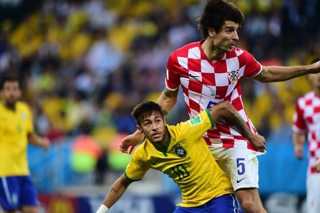 Corluka da Croácia e Neymar, durante partida válida pela abertura da Copa do Mundo de Futebol, no Itaquerão.