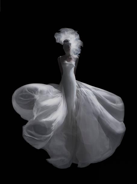 A modelo Débora Muller, com vestido criado pelo estilista brasileiro Ocimar Versolato