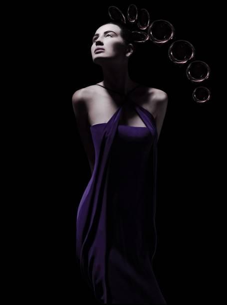 A modelo Eduarda Jardim, com vestido criado pelo estilista brasileiro Ocimar Versolato