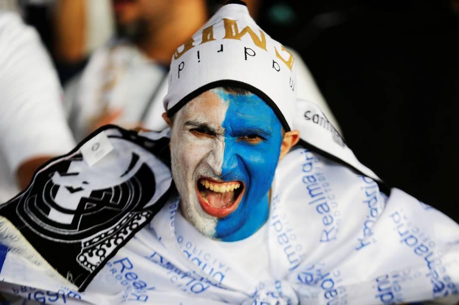 Torcedores posam para foto antes da final do Mundial de Clubes da FIFA, realizada entre Grêmio e Real Madrid,  no estádio Xeique Zayed, em Abu Dhabi - 16/12/2017
