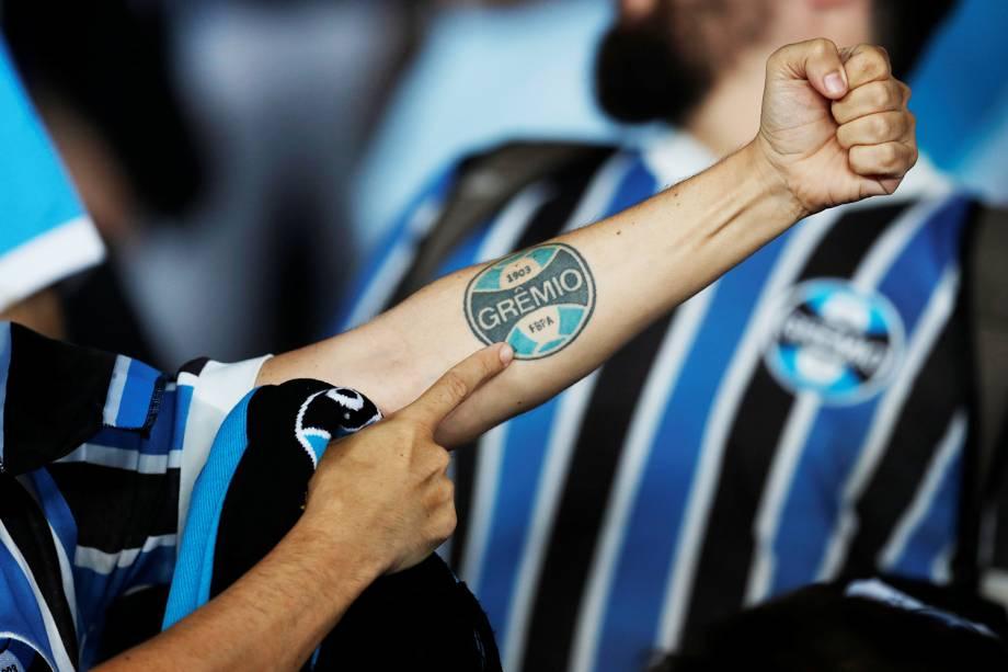 Torcedor do Grêmio exibe tatuagem antes da final do Mundial de Clubes da FIFA, contra o Real Madrid, no Estádio Xeique Zayed, em Abu Dhabi - 16/12/2017