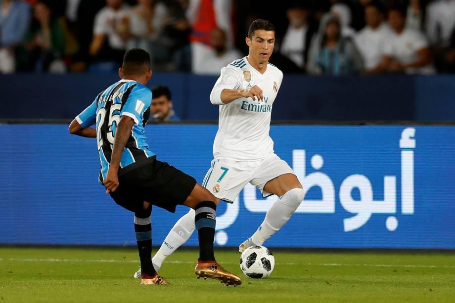 Cristiano Ronaldo e Jailson, durante partida entre Real Madrid e Grêmio, válida pela final do Mundial de Clubes da FIFA, realizada no Estádio Xeique Zayed, em Abu Dhabi - 16/12/2017