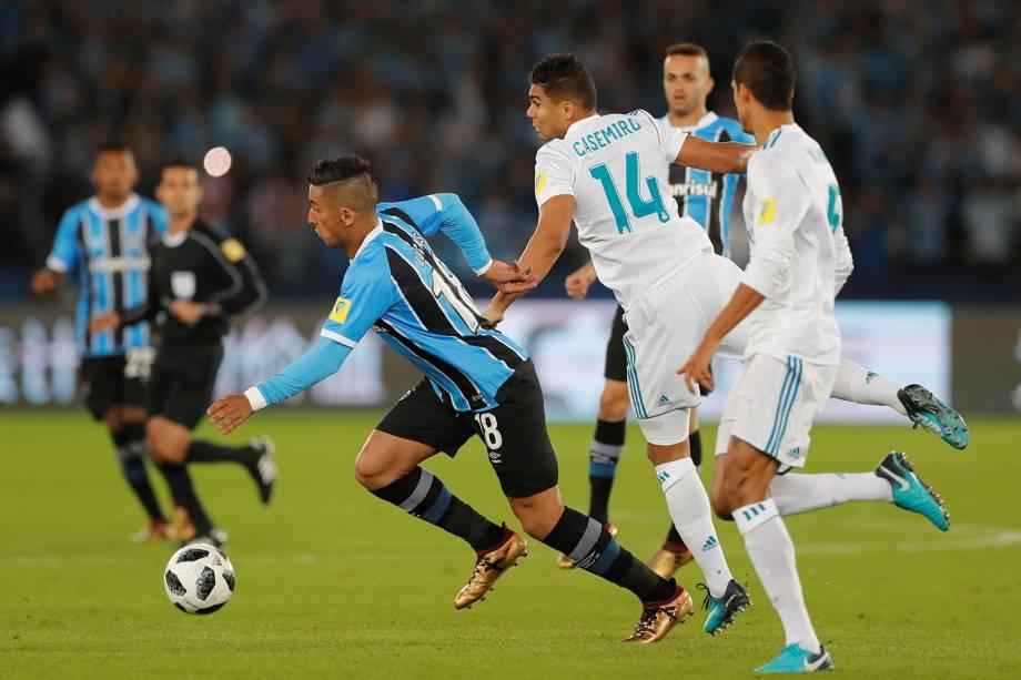 Casemiro e Lucas Barrios disputam bola, durante partida entre Real Madrid e Grêmio, válida pela final do Mundial de Clubes da FIFA, realizada no Estádio Xeique Zayed, em Abu Dhabi - 16/12/2017