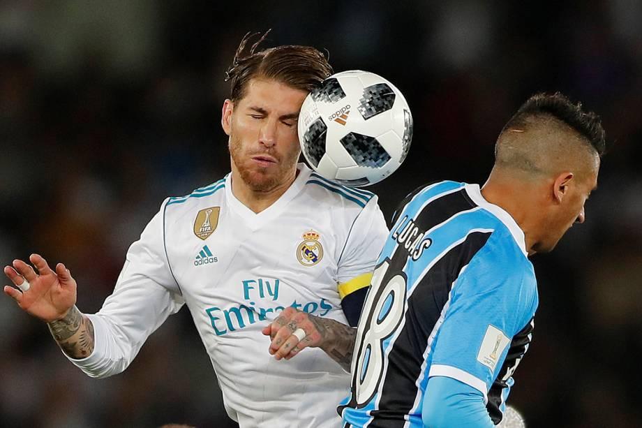 Sergio Ramos e Lucas Barrios disputam bola,  durante partida entre Real Madrid e Grêmio, válida pela final do Mundial de Clubes da FIFA, realizada no Estádio Xeique Zayed, em Abu Dhabi - 16/12/2017