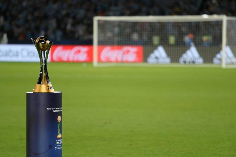 Taça do Mundial de Clubes da FIFA é exibida antes da partida entre Grêmio e Real Madrid, realizada no Estádio Xeique Zayed, em Abu Dhabi - 16/12/2017
