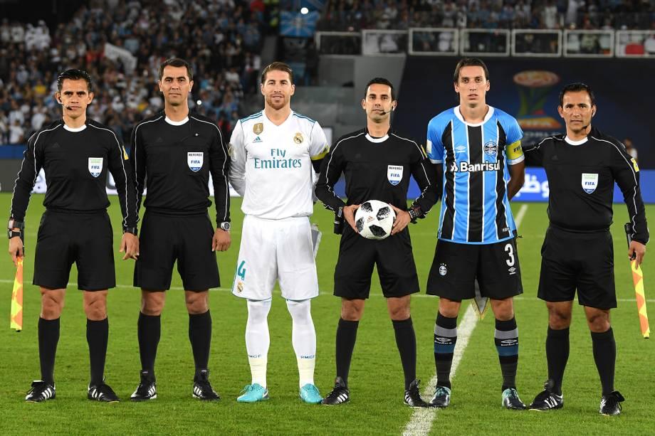 Os capitāes do Real Madrid e Grêmio - Sergio Ramos e Pedro Geromel - posam para foto antes da partida válida pela final do Mundial de Clubes da FIFA, realizada no Estádio Xeique Zayed, em Abu Dhabi - 16/12/2017