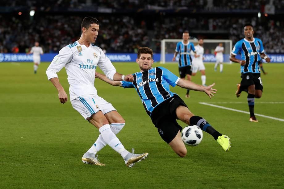 Cristiano Ronaldo e Kannemann disputam bola durante partida entre Grêmio e Real Madrid, válida pela final do Mundial de Clubes da FIFA, realizada no Estádio Xeique Zayed, em Abu Dhabi - 16/12/2017