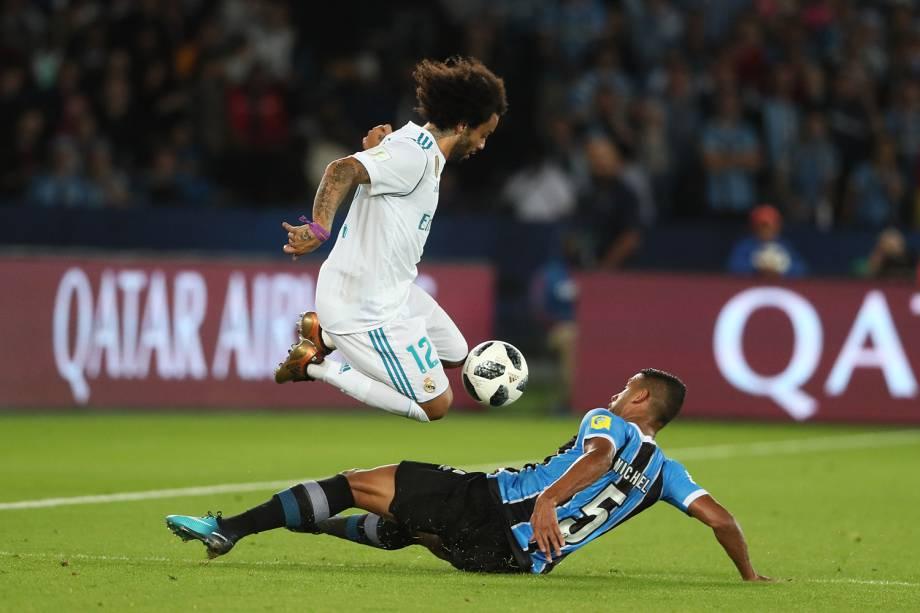 Marcelo e Michel disputam bola durante partida entre Grêmio e Real Madrid, válida pela final do Mundial de Clubes da FIFA, realizada no Estádio Xeique Zayed, em Abu Dhabi - 16/12/2017