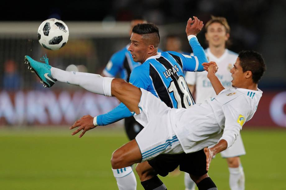 Varane e Lucas Barrios disputam bola durante partida entre Grêmio e Real Madrid, válida pela final do Mundial de Clubes da FIFA, realizada no Estádio Xeique Zayed, em Abu Dhabi - 16/12/2017