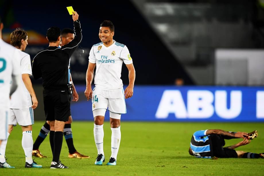 O jogador Casemiro, do Real Madrid, recebe cartão amarelo durante partida contra o Grêmio, válida pela final do Mundial de Clubes da FIFA, realizada no Estádio Xeique Zayed, em Abu Dhabi - 16/12/2017