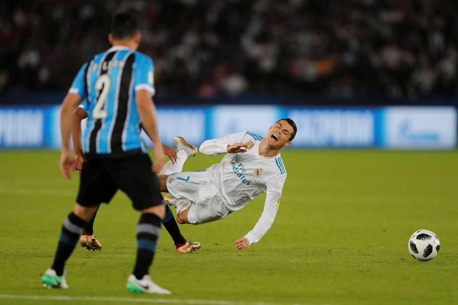 Cristiano Ronaldo recebe falta durante partida contra o Grêmio, válida pela final do Mundial de Clubes da FIFA, realizada no Estádio Xeique Zayed, em Abu Dhabi - 16/12/2017