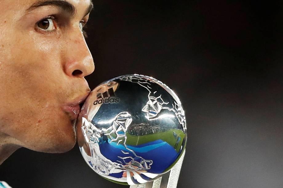 Cristiano Ronaldo recebe troféu de melhor jogador do torneio, após a final do Mundial de Clubes da FIFA - 16/12/2017