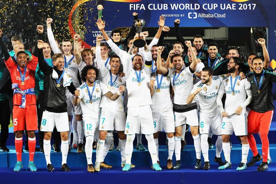 O capitão do Real Madrid, Sergio Ramos, levanta taça após o clube espanhol vencer o Grêmio por 1 a 0, em partida válida pela final do Mundial de Clubes da FIFA, realizada no Estádio Xeique Zayed, em Abu Dhabi - 16/12/2017