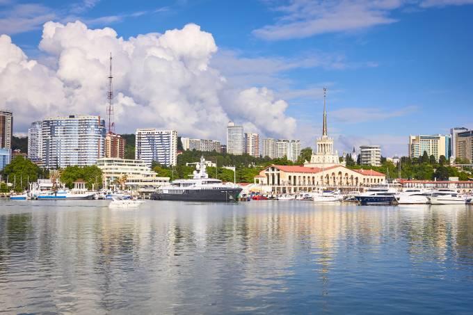 Porto de Sochi, na região central da cidade que sediará o Brasil na Copa do Mundo 2017, na Rússia