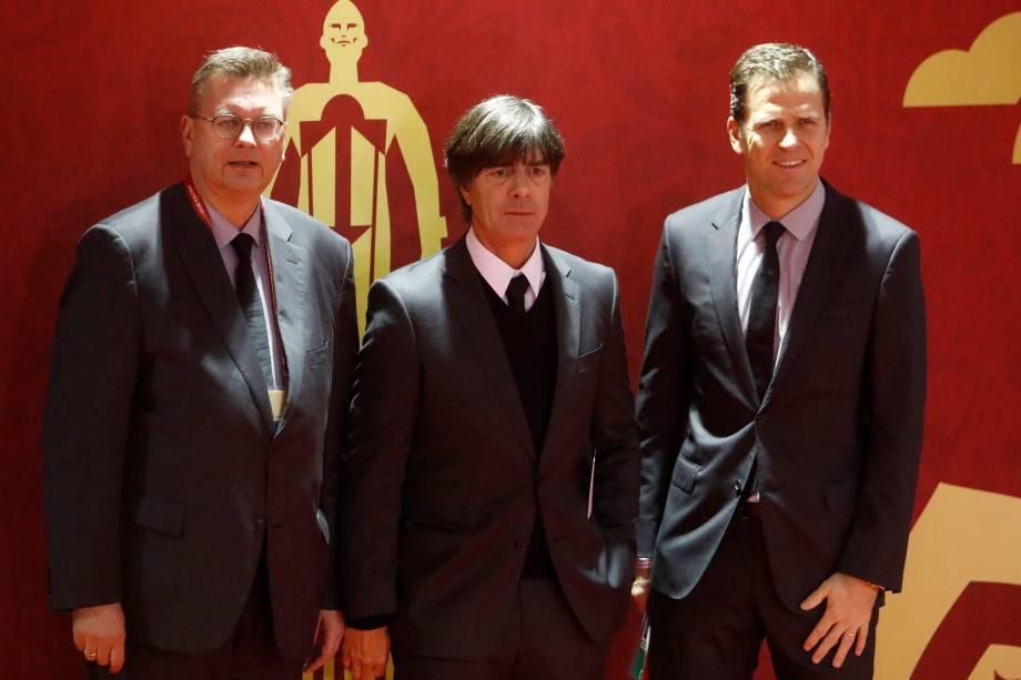 O treinador da seleção alemã Joachim Low e Oliver Bierhoff posam para foto na chegada para o evento de sorteio da Copa do Mundo no Kremlin em Moscou