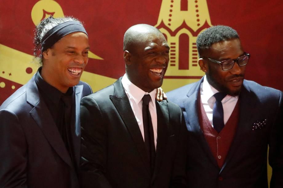 Ronaldinho Gaúcho, Clarence Seedorf e Jay-Jay Okocha posam para foto na chegada para o evento de sorteio da Copa do Mundo no Kremlin em Moscou