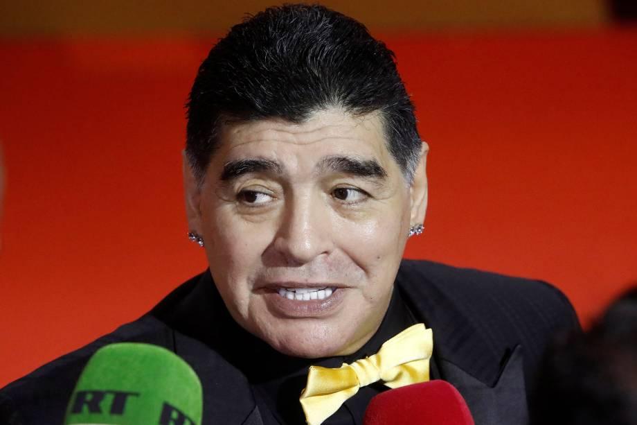 Diego Maradona fala com a mídia em sua chegada no Kremlin para o sorteio da Copa do Mundo 2018