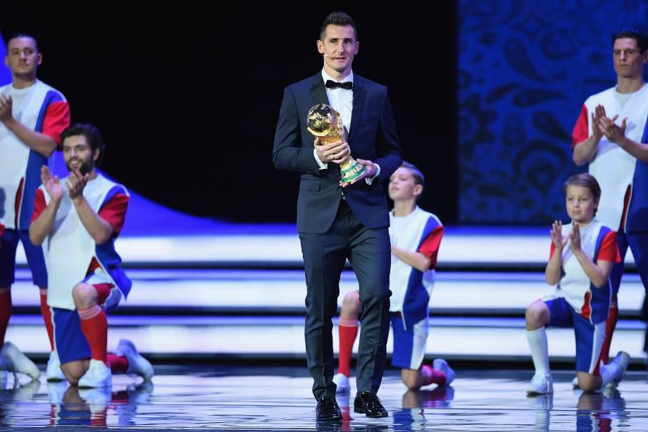 Miroslav Klose entra no palco com o troféu durante o sorteio final da Copa do Mundo FIFA de 2018, na Rússia, no Palácio do Kremlin
