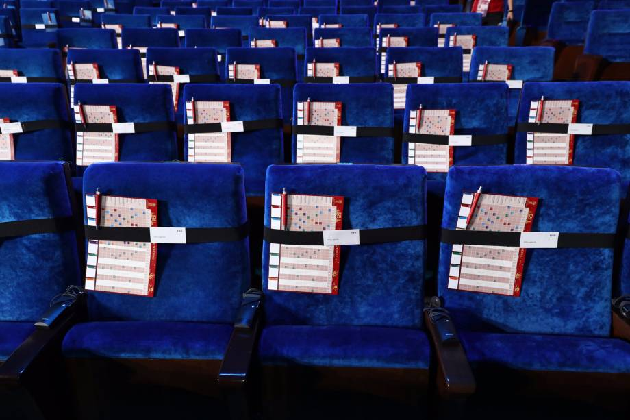 Cadeiras com tabelas para o sorteio que definirá os grupos da Copa do Mundo da Rússia