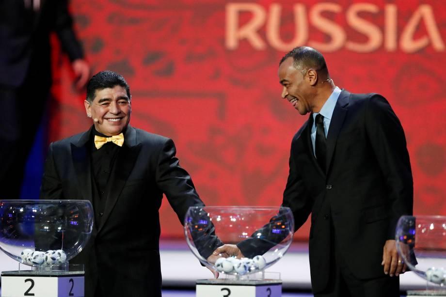 Diego Maradona e Cafu durante o sorteio dos grupos da Copa do Mundo 2018, no Palácio do Kremlin, na Rússia