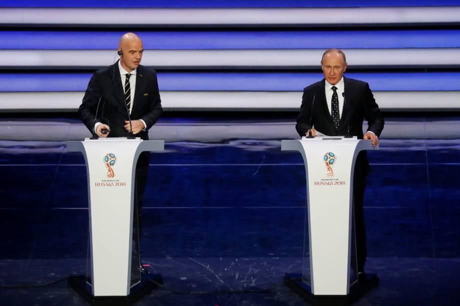 O presidente da FIFA, Gianni Infantino, e o presidente da Rússia, Vladimir Putin, durante o sorteio dos grupos da Copa do Mundo 2018, no palácio do Kremlin, Rússia