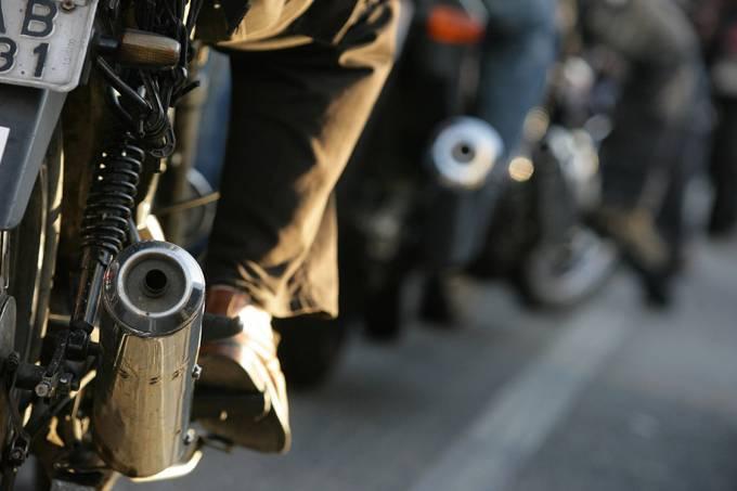 Fila de motoboys em uma rua.