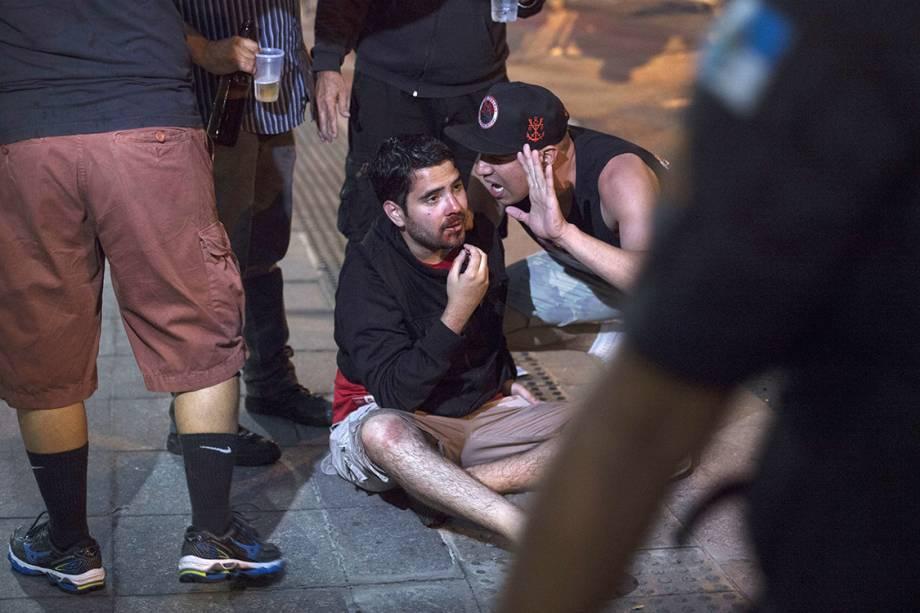 Polícia atira bombas de gás lacrimogênio para dispersar torcedores que impediam o acesso do Independiente ao Maracanã