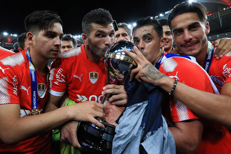 Jogadores do Independiente levantam a taça da Copa Sul-Americana, no Maracanã