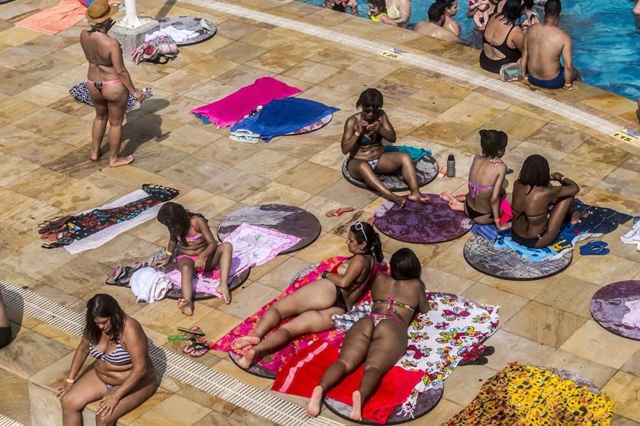 Banhistas se refrescam nas piscinas do SESC Belenzinho, em São Paulo