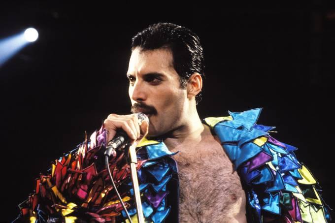 O cantor Freddie Mercury durante show na Califórnia, em 1982