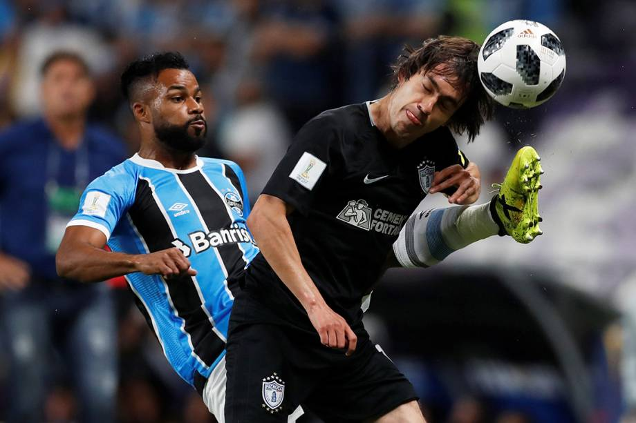Fernandinho, do Grêmio, em lance na partida contra o Pachuca, pela semifinal do Mundial de Clubes, nos Emirados Árabes