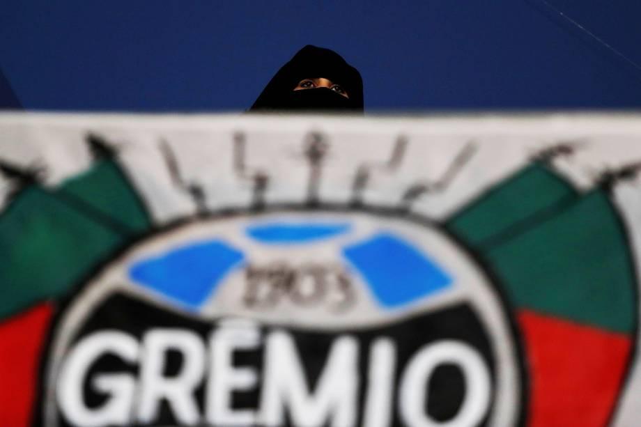 Torcedores do Grêmio comparecem no estádio Hazza Bin Zayed, na partida contra o Pachuca, pela semifinal do Mundial de Clubes, nos Emirados Árabes