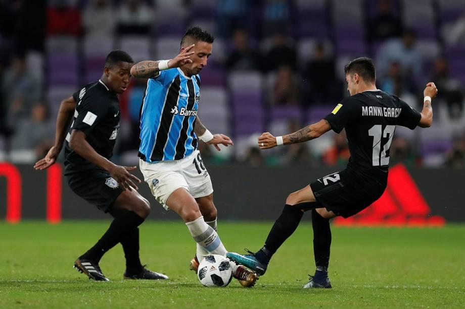 Lucas Barrios, do Grêmio, em lance na partida contra o Pachuca, pela semifinal do Mundial de Clubes, nos Emirados Árabes