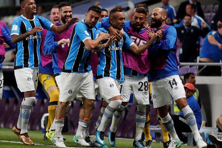 Jogadores do Grêmio comemoram gol contra o Pachuca, pelo Mundial de Clubes, nos Emirados Árabes