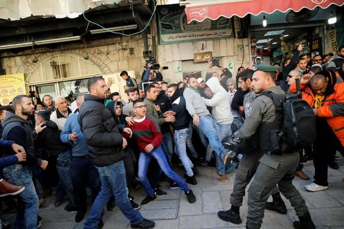 """Policiais de fronteira de Israel e palestinos entram em confronto, , durante protesto intitulado  """"dia de raiva"""", em resposta à atitute do presidente Donald Trump de reconhecer Jerusalém como capital de Israel – 08/12/2017"""