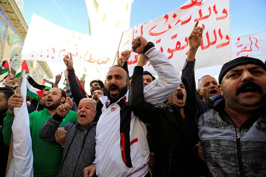 Iraquianos sunitas protestam contra a decisão do presidente Donald Trump de reconhecer Jerusalém como capital de Israel, em Bagdá - 08/12/2017