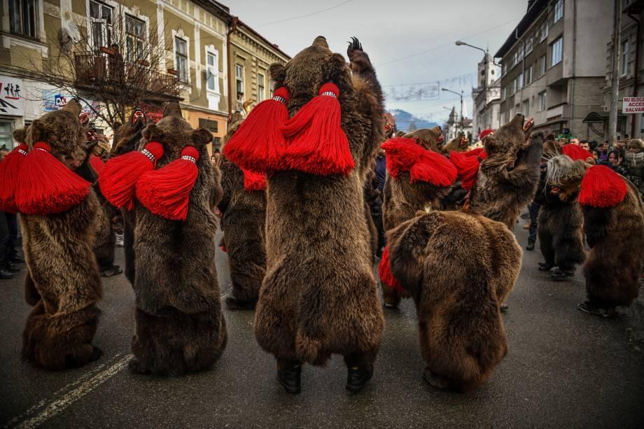 Pessoas usam fantasias de urso durante um festival de cancões e danças para celebrar a chegada do ano novo na cidade de Vatra Dornei, na Romênia - 29/12/2017