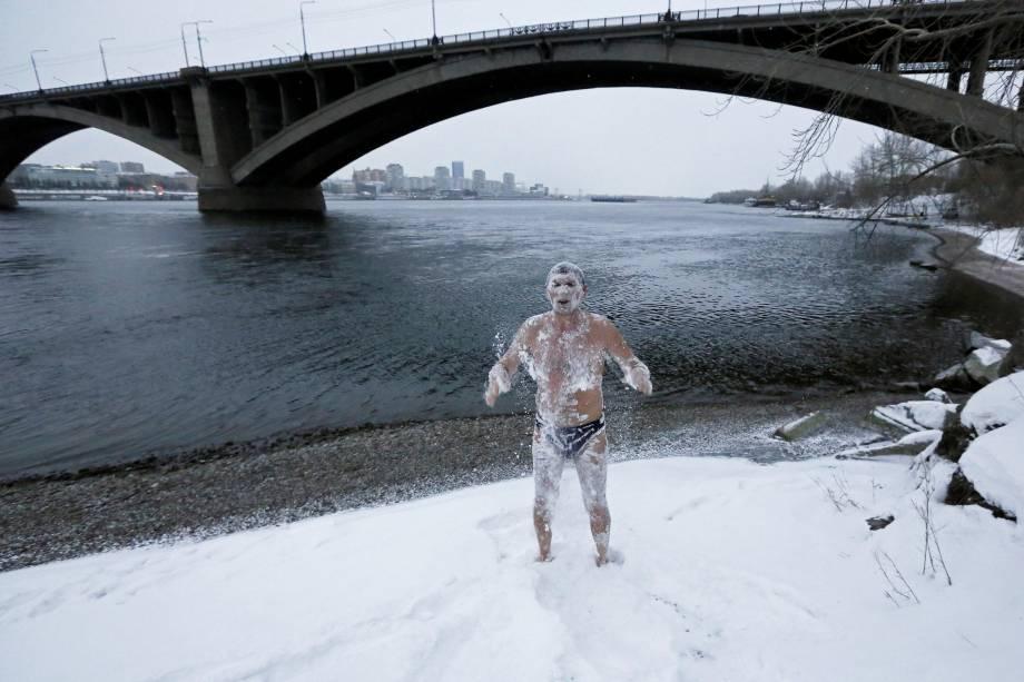 Alexander Yaroshenko, membro do clube de natação de inverno Cryophile, sacode a neve do corpo depois de nadar no rio Yenisei na cidade siberiana de Krasnoyarsk, Rússia - 04/12/2017